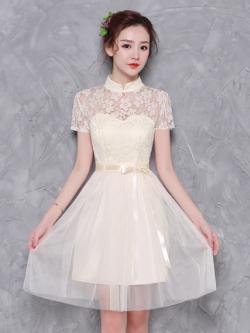 ชุดราตรีสั้น ออกงานสุดสวย ตัวเสื้อเป็นผ้าลูกไม้ลายดอกไม้สีครีม คอจีน แขนสั้น
