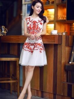 ชุดเดรสเกาหลี Brand Yi mei ชุดเดรสผ้าไหม ลายผ้าย่นเล็กๆ สีขาว แขนบ่าล้ำ ตัวชุดด้านหน้าเป็นงานปักลายดอกไม้สีส้ม สวยมากๆครับ (พร้อมส่ง)