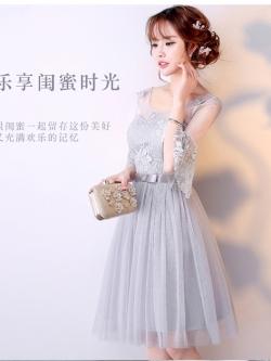 ชุดราตรีสั้น ออกงานสุดสวย ตัวเสื้อเป็นผ้าลูกไม้เนื้อดีสีเทา ช่วงไหล่และแขนเสื้อ เป็นผ้าโปร่ง
