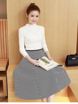 เสื้อผ้าแฟชั่นเกาหลี set เสื้อสีขาว และกระโปรงลายทางขาวดำ