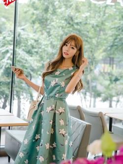 ชุดเดรสเกาหลี ผ้าซาตินเนื้อนิ่ม เงาสวย แขนกุด พื้นสีเขียว พิมพ์ลายดอกไม้โทนสีขาว เดรสเข้ารูปช่วงเอว