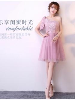 ชุดราตรีสั้น ออกงานสุดสวย ตัวเสื้อเป็นผ้าลูกไม้เนื้อดีสีชมพูกะปิ ดีไซน์ไหล่เฉียง