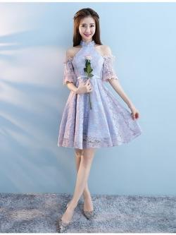 ชุดราตรีสั้น ดีไซน์เก๋ ทรงคอจีน เปิดไหล่ ตัวเสื้อผ้าลูกไม้ลายดอกไม้สีชมพู ซับในด้วยผ้าซาตินสีฟ้า