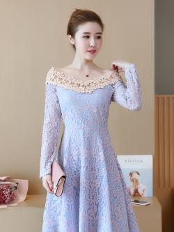 ชุดเดรสสวยๆ ตัวเสื้อผ้าลูกไม้ลายดอกไม้สีชมพู ซับในด้วยผ้าสีฟ้า แขนยาว คอวี ไหล่ป้าน