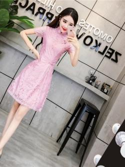 ชุดเดรสลูกไม้ คอจีน สีชมพูตุ่น ตัวผ้าเนื้อเงาสวย แขนสั้น เดรสทรงตรง เข้ารูปช่วงเอว แหวกที่ชายกระโปรง
