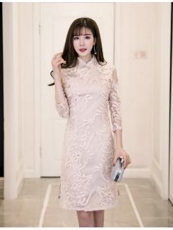 ชุดเดรสสวยๆ คอจีน ตัวชุดผ้าโปร่งเนื้อละเอียดสีครีม ตัวผ้าเดินเส้นผ้าริบบิ้นสีครีมโค้งหยักตามแบบ
