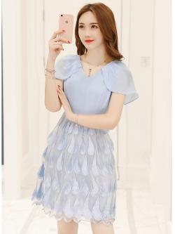 ชุดเดรสสวยๆ ตัวเสื้อผ้าชีฟองเนื้อดีสีฟ้า คอวี แขนกุด มีผ้าที่ไหล่ยาวมาปิดต้นแขน