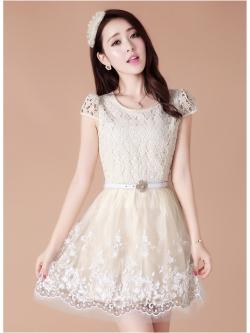 ชุดเดรสเกาหลี เดรสสุดหรู ตัวเสื้อผ้าถักลายดอกไม้สีครีม คอเสื้อประดับด้วยมุกสีครีม กระโปรงผ้าโปร่งปักลายดอกไม้