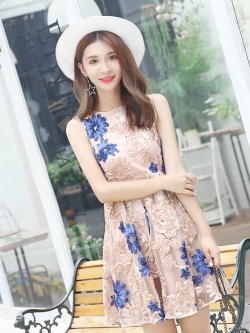 ชุดเดรสออกงาน ผ้าปักริบบิ้นเป็นรูปดอกไม้โทนสีน้ำเงิน และสีชมพูกะปิ แขนกุด