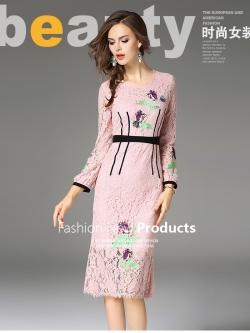 ชุดเดรสสวยๆ ผ้าลูกไม้เนื้อดีสีชมพู หน้าอกเสื้อ แขนเสื้อและกระโปรงปักลายดอกไม้