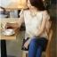 เสื้อผ้าชีฟอง สีขาว ด้านหน้าเสื้อเย็บซ้อนด้วย ผ้าลูกไม้ สีครีมเหลือบทอง แขนสั้น thumbnail 2