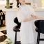 ชุดเดรสสีขาว ตัวชุดมีดีเทลเยอะสวยมากๆ ด้านนอกสุดของชุดเป็นผ้าลูกไม้ปักลายดอกไม้ thumbnail 1