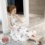 ชุดเดรสผ้าซาติน เนื้อนิ่ม เงาสวย แขนกุด พื้นสีขาว พิมพ์ลายดอกไม้โทนสีขาวเทา เดรสเข้ารูปช่วงเอว thumbnail 9