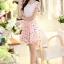 ชุดเดรสสั้น ผ้าชีฟอง ลายดอกไม้ สีขาว พื้นสีชมพู ตัวเสื้อเย็บซ้อนกับผ้าถัก สีขาว thumbnail 1