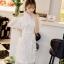 ชุดเดรสสีขาว ตัวชุดมีดีเทลเยอะสวยมากๆ ด้านนอกสุดของชุดเป็นผ้าลูกไม้ปักลายดอกไม้ thumbnail 3