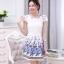 ชุดเดรสสั้น ผ้าไหมแก้วสีขาว ทอลายเส้นในตัว รอบคอเสื้อ และกระโปรงพิมพ์ลายดอกกุหลาบ สีฟ้าน้ำเงิน สวยมากๆ thumbnail 1