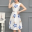 เดรสผ้าซาตินเนื้อนิ่ม เงาสวย แขนกุด พื้นสีขาว พิมพ์ลายดอกไม้โทนสีน้ำเงินและส้มเหมือนแบบ thumbnail 1