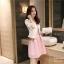 ชุดเดรสแขนกุด สีชมพู พร้อมเสื้อสูทสวยๆ แถมเข็มกลัดติดหน้าอกเสื้อด้วยครับ thumbnail 5