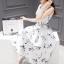 ชุดเดรสผ้าซาติน เนื้อนิ่ม เงาสวย แขนกุด พื้นสีขาว พิมพ์ลายดอกไม้โทนสีขาวเทา เดรสเข้ารูปช่วงเอว thumbnail 12