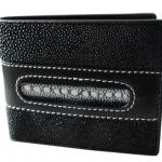 ขอแนะนำกระเป๋าสตางค์ปลากระเบน ท่านชายที่ชอบของแบบ มีสไตล์แนวหน้า เหมาะ สำหรับเป็นของขวัญปีใหม่ให้ตัวเอง หรือญาติ-มิตร กระเป๋าสตางค์ปลากระเบน ลวดลายตรงกลางเปนหนังปลาหนาม สำหรับสุภาพบุรุษและสตรี เป็นของร้าน ThaiWallet ขนาด 3.5 X 4.2 นิ้ว ภายในประกอบไปด้วช่อ