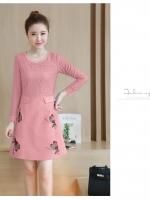 ชุดเดรสสวยๆ สีชมพูตุ่น ตัวเสื้อผ้าลูกไม้เนื้อดี นิ่ม ยืดหยุ่นได้ดี แขนยาว
