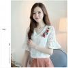 เสื้อผ้าลูกไม้ เนื้อดีเนื้อนิ่มสีขาว คอวี หน้าอกด้านซ้ายข้างคอเสื้อแต่งด้วยผ้าปักดอกไม้หลากสี