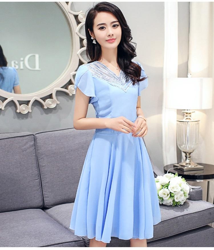 ชุดเดรสชีฟอง ผ้าเนื้อดีสีฟ้า คอเสื้อสวยมาก เป็นผ้าถักเย็บสลับกับผ้าโปร่ง