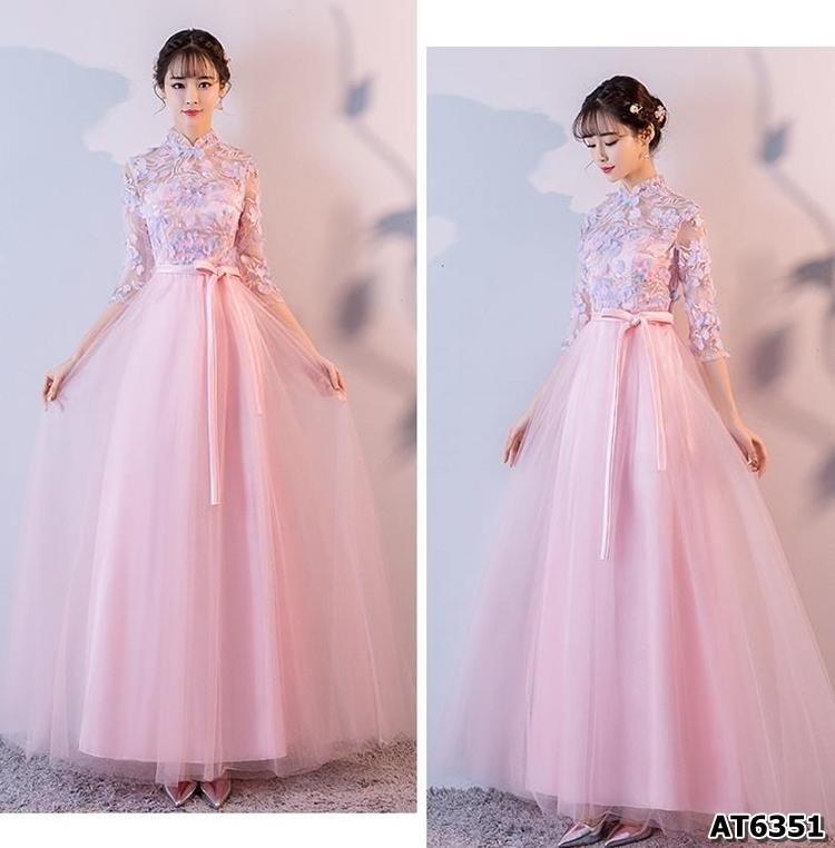 ชุดราตรียาว สีชมพู ตัวเสื้อผ้าโปร่งปักด้วยด้ายเป็นลายเส้น ก้านดอกไม้สีเงิน