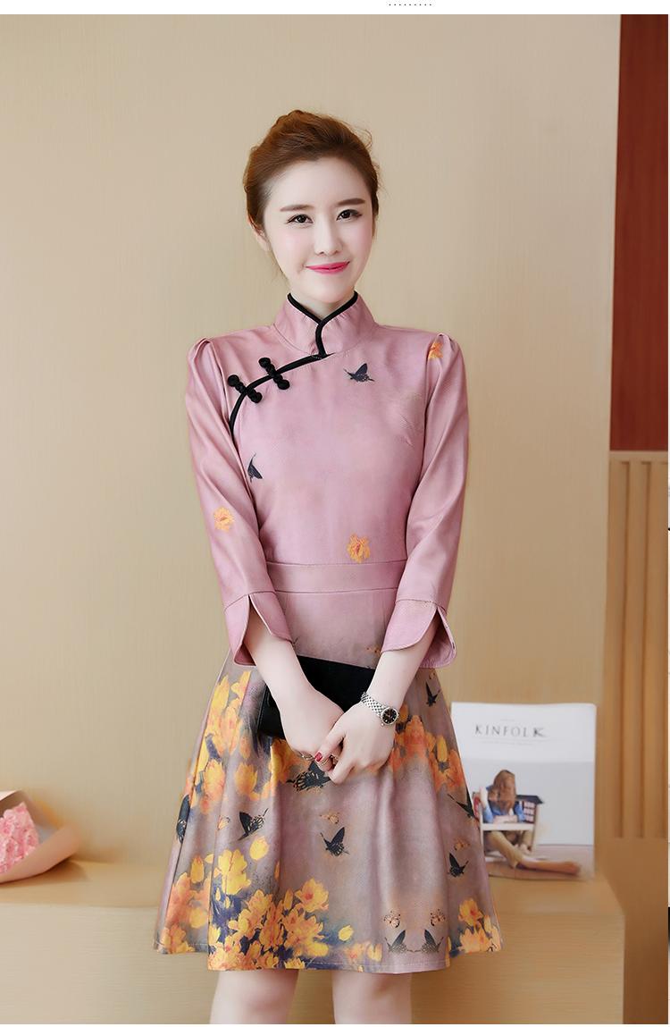 ชุดเดรสคอจีน ผ้าโพลีเอสเตอร์ผสมพื้นสีชมพูกะปิ พิมพ์ลายผีเสื้อและดอกไม้โทนสีเหลือง แขนยาวห้าส่วน