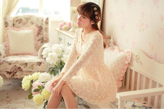 ชุดเดรสสั้น Brand Aimilan Princess style ชุดเดรส ผ้าลูกไม้แขนยาวสีครีม คอหยักปักมุกสีขาวรอบคอเสื้อ สวยมากๆครับ (พร้อมส่ง)