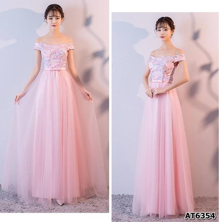 ชุดราตรียาวสีชมพู ตัวเสื้อผ้าโปร่งปักด้วยด้ายเป็นลายเส้น ก้านดอกไม้สีเงิน