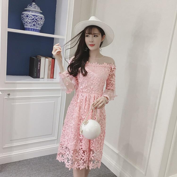 ชุดเดรสผ้าลูกไม้ ถักโครเชต์รูปดอกไม้สีชมพู คอเสื้อ ไหล่ และปลายแขนเสื้อ เป็นผ้าโปร่งซีทรูสีชมพู