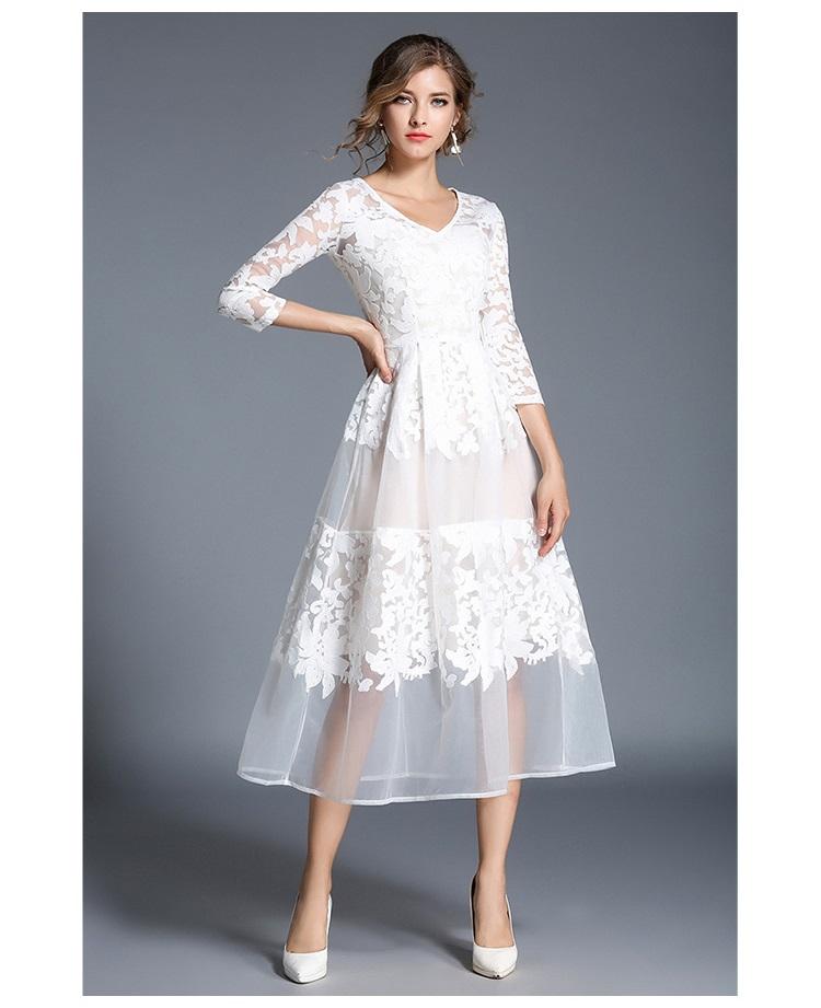 ชุดเดรสยาว ผ้าลูกไม้ปักลายตามแบบสีขาวสวยมากๆ แขนยาวสี่ส่วน คอวี เข้ารูปช่วงเอว