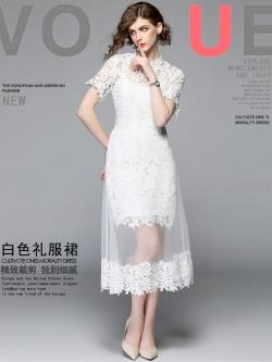 ชุดเดรสสวยๆ ผ้าถักโครเชต์สีขาว ดีไซน์เก๋ที่จะโปรงด้านในจะสั้นเหนือเข่า กระโปรงด้านนอกเป็นผ้าโปร่งสีขาว