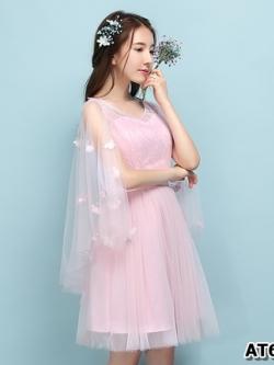 ชุดราตรีสั้น สีชมพูออกงานสวยๆ ตัวเสื้อผ้าลูกไม้สีชมพูอ่อน แต่งระบายแขนเสื้อด้วยผ้ามุ้งยาว