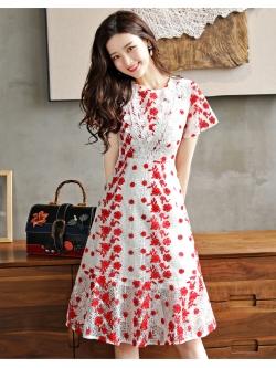 ชุดเดรสยาว ผ้าลูกไม้ถักพื้นสีขาว ลายดอกไม้สีแดง หน้าอกคาดด้วยผ้าถักโครเชต์สีขาว