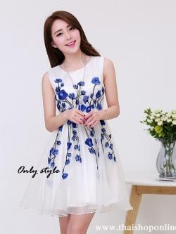 ชุดเดรสออกงาน ชุดเดรสผ้าไหมแก้ว สีขาว ปักลายดอกไม้สีน้ำเงิน สวยมากมายครับ แขนกุด ซับในด้วยผ้าซาตินสีขาว