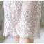 ชุดเดรสลูกไม้ ลายดอกไม้สีขาวขอบดอกไม้เป็นเส้นสีดำ ช่วงลำตัว ยกเว้นแขนเสื้อซับในด้วยผ้า spandex เนื้อนุ่มสีครีม thumbnail 11